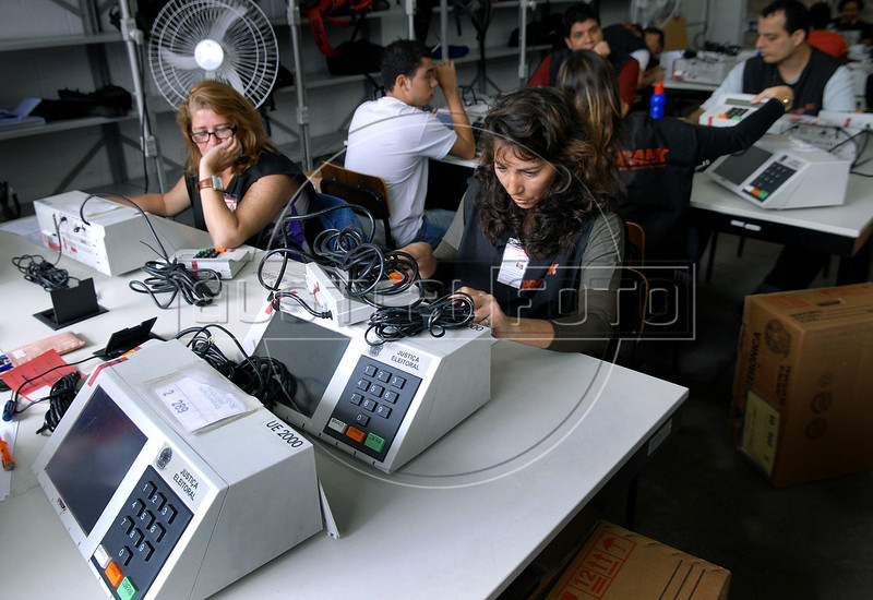 Technics prepare electronic ballot box for presidential elections, Rio de Janeiro, Brazil, october 27, 2010. Brazil will hold presidential elections on October 31. (Austral Foto/Renzo Gostoli)