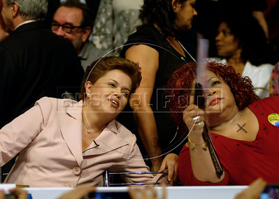 Presidential candidate Dilma Roussef of PT, Partido dos Trabalhadores, (Workers Party), left,  and Brazilian singer Alcione gesture during a meeting with artists and intellectuals, Rio de Janeiro, Brazil, october 18, 2010. Brazil will hold presidential elections on October 31. (Austral Foto/Renzo Gostoli)