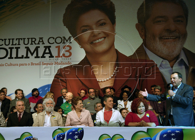 Presidential candidate Dilma Roussef of PT, Partido dos Trabalhadores, (Workers Party), center,  Brazilian singer and composer Chico Buarque de Hollanda, right,  Brazilian theologian Leonardo Boff, left,  Vice-Presidential candidate Michel Temer, extreme left, and Brazilian singer Alcione, right, participate with Rio de Janeiro's Mayor Sergio Cabral, extreme right, at a meeting with artists and intellectuals, Rio de Janeiro, Brazil, october 18, 2010. Brazil will hold presidential elections on October 31. (Austral Foto/Renzo Gostoli)