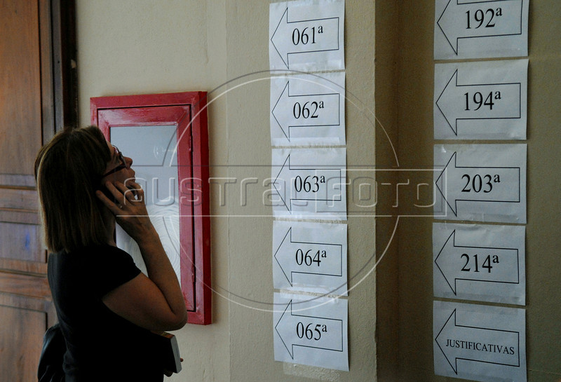 A brazilian citizen search her section to vote at a school, Rio de Janeiro, Brazil, October 31, 2010.  (Austral Foto/Renzo Gostoli)
