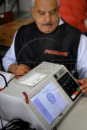 A technic prepares an electronic ballot box for presidential elections, Rio de Janeiro, Brazil, october 27, 2010. Brazil will hold presidential elections on October 31. (Austral Foto/Renzo Gostoli)