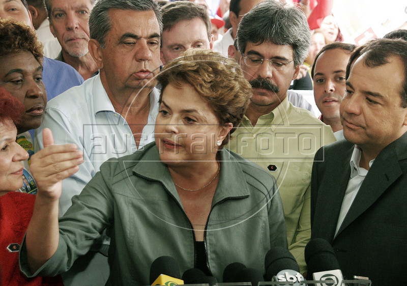 Presidential candidate Dilma Roussef (center) of PT,  Partido dos Trabalhadores, (Workers Party) participates with Rio de Janeiro's state governor Sergio Cabral (right) at an electoral campaign meeting, Rio de Janeiro, Brazil, September 20, 2010. Brazil will hold presidential elections on October 3. ((Austral Foto/Christian Rodrigues))