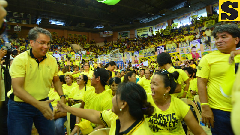 Liberal Party standard-bearer Mar Roxas greets supporters