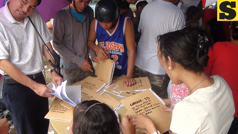 CEBU. Residents voting yes to splitting Barangay Guadalupe into two. A plebiscite was held Saturday, July 28, 2012. (Laureen Mondonedo/Sunnex)