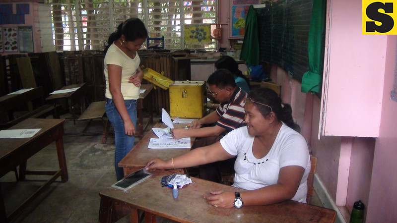 CEBU. Persons handlign the plebiscite in Barangay Guadalupe. (Laureen Mondonedo/Sunnex)