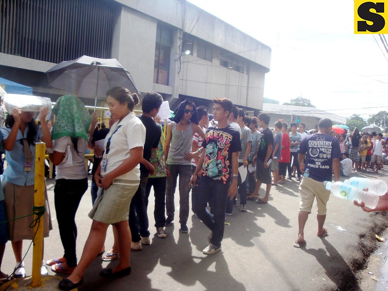 People line up outside Comelec office for voter reigistration