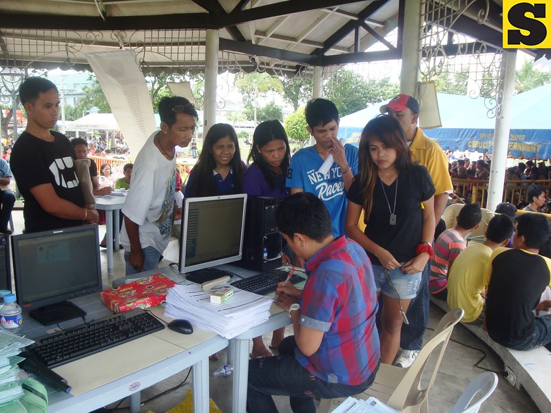 Voters registering at Plaza Independencia on Monday, July 29, 2013. (Photo by Karen Tabla/Sunnex)