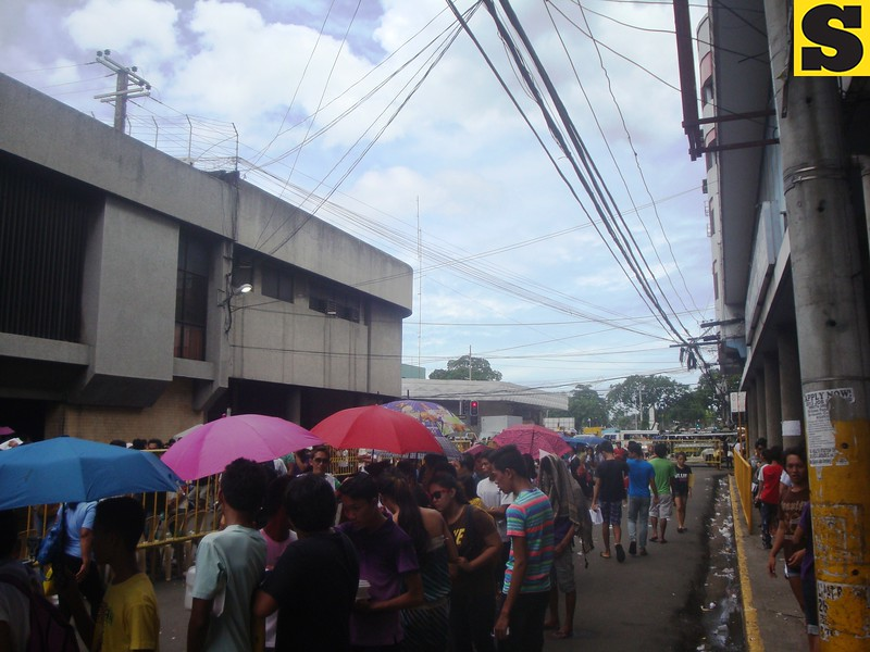 People lining up for the voter registration held at the Commission on Elections (Comelec) office in Cebu City. (Photo by Karen Tabla/Sunnex)