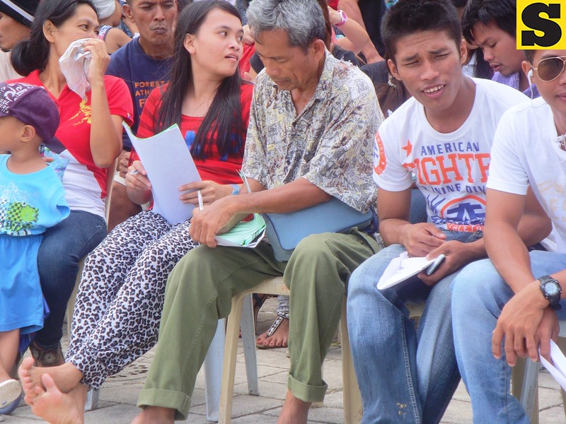 A man (center) fills up his form during the 8th day of the voters registration at Plaza Independencia, Cebu City. (Photo by Karen Tabla/Sunnex)