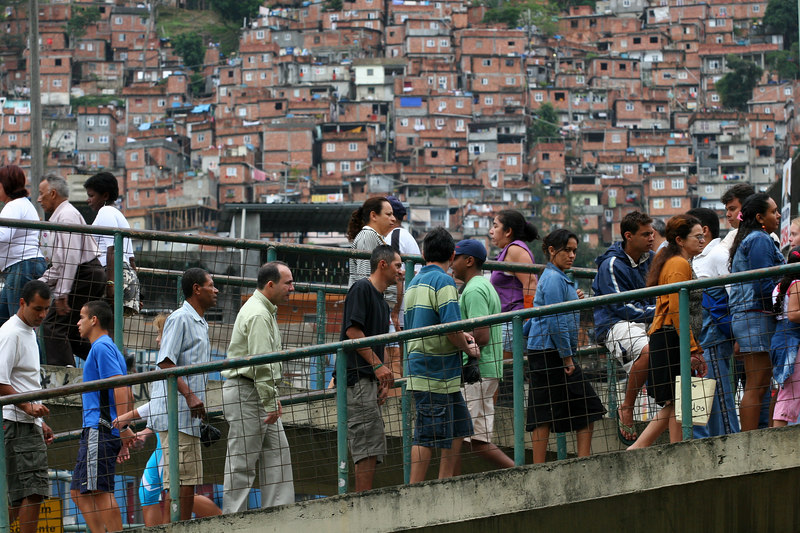 Voters pack a pedestrian bridge near a voting station in Rio de Janeiro, Brazil, Oct. 1, 2006.  Brazilian president Luiz In‡cio da Silva looked a whisker away from a second term in office last night, after South America's largest democracy went to the polls. Voters use a voting machine as straightforward as a public phone booth and the results are then filed electronically to polling centers. Brazilians also are electing all 513 deputies in the House and all of their state governors and the results are available by the end of election day.  (AustralFoto/Douglas Engle)