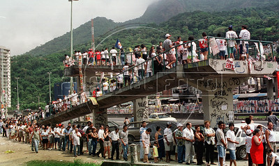 People line up to vote in a electoral college of the 'favela' Rocinha,  Rio de Janeiro, Brazil, october 1, 2000. Those elections will be the first round of nationwide municipal elections and the actual major Luiz Paulo Conde of PFL (Partido da Frente Liberal) is 35% favourite, Benedita da Silva of PT (Partido dos Trabalhadores) and Cesar Maia of PTB (Partido Laborista Brasilero) aproximate 15% each. (Austral Foto/Renzo Gostoli)