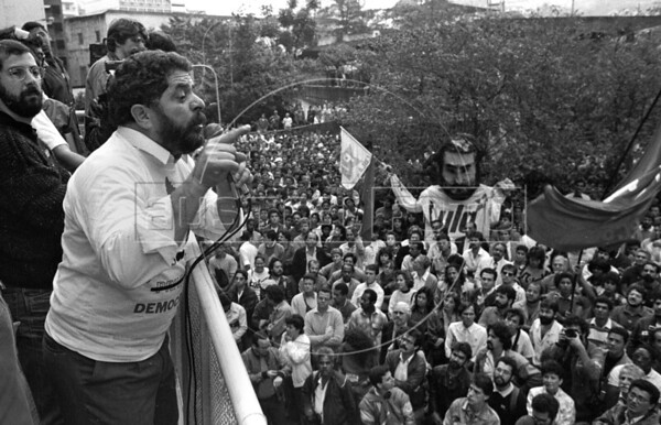 Brazilian leftist leader and president of Partido dos Trabalhadores, PT, Inacio Lula da Silva participates in a protest against privatisation of public enterprises, in front of Petrobras building Rio de Janeiro, Brazil, Sep. 27, 1989.  (Austral Foto/Renzo Gostoli)
