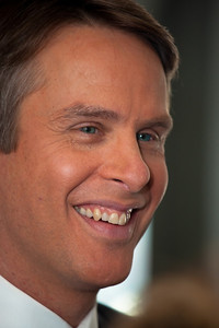 "Terry Moran was named co-anchor of ABC News ""Nightline"" in October 2005 and is based in Washington, D.C."