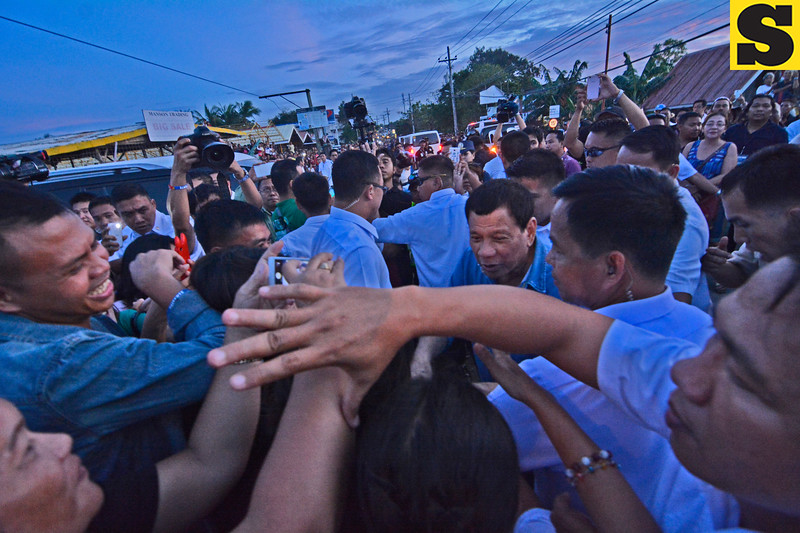 Supporters mob President Rodrigo Duterte