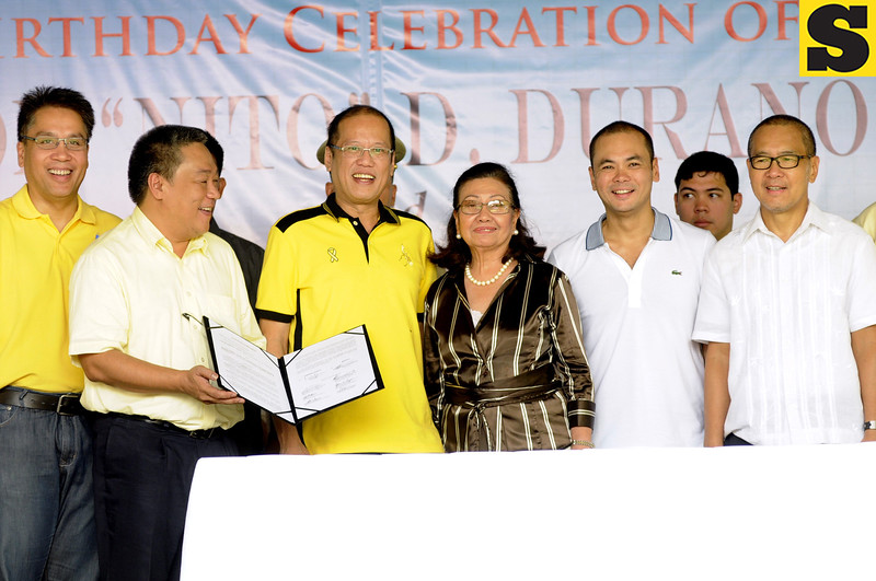 BAKUD ALLIANCE TO LIBERAL PARTY. Cebu 5th District Representative Red Durano and Danao City Vice Mayor Ramon Durano III of Bakud offiicially take oath as Liberal Party allies with President Benigno Aquino III, Junjun Davide, LP president and DOTC Secretary Mar Roxas and Vice Governor Agnes Magpale during the birthday celebration of Ramon III at his residence. (Allan Cuizon)