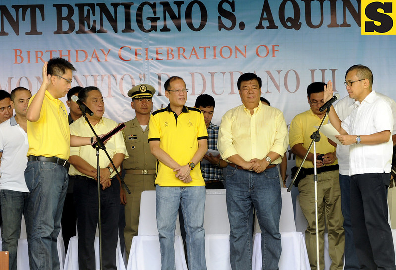 Danao City Vice Mayor Ramon  Durano III of Bakud party takes oath before Liberal Party President Mar Roxas, making Bakud an alliance party of LP. Also in photo are Cebu 5th district Representative Red Durano, Junjun Davide, President Benigno Aquino III, Senator Franklin Drilon, and Customs commissioner Ruffy Biazon. (Allan Cuizon)