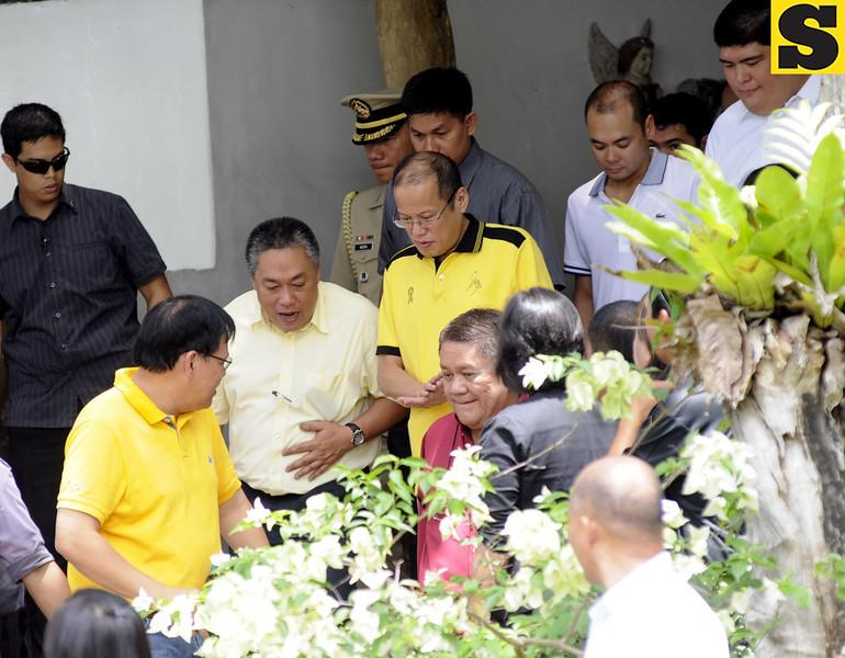 IN THE LOOP. President Benigno Aquino III during his arrival at the VM Ramon Durano III's house. With him are (from left) DILG Secretary Jesse Robredo, Hilario Davide III, Representative Tomas Osmena, Red Durano, and Luigi Quisumbing. (Allan Cuizon)