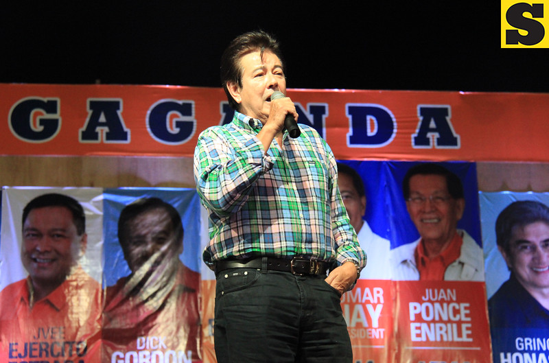 ACTOR Eddie Guttierez entertains the crowd during the proclamation rally of the United Nationalist Alliance (UNA) held at the Plaza Independencia, Cebu City on Tuesday, February 12, 2013. Eddie's wife, Annabelle Rama, seeks for a congressional seat in the north district of Cebu City. (Photo by Daryl D. Anunciado of Sunnex)