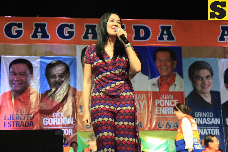 "Actress Ruffa Guttierez makes the crowd go wild as she sings ""Hawak Kamay"" during the proclamation rally of the United Nationalist Alliance (UNA) held at the Plaza Independencia, Cebu City on Tuesday, February 12, 2013. Ruffa's mom, Annabelle Rama, seeks for a congressional seat in the north district of Cebu City. (Photo by Daryl D. Anunciado of Sunnex)"