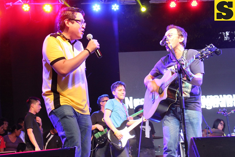 Senatorial bet Bam Aquino jams with Noel Cabangon during the 2013 Rock the Vote concert at Fuente-Osmena Circle, Cebu City on May 9. (Photo by Jonathan Vincent C. Tan)