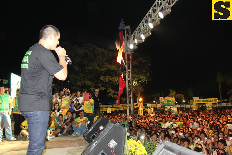 CEBU. Actor Richard Guitterez campaigns for his mom, Annabelle Rama, who  seeks for a congressional seat in the north district of Cebu City . (Daryl D. Anunciado photo)