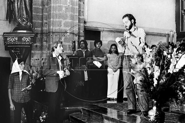 """Acto por desaparecidos politicos en Argentina , en iglesia, MexicoDF, Mexico. En la foto: """"Gringo"""", izq, (Austral Foto/RenzoGostoli)"""