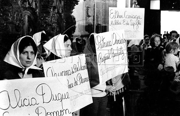 Acto por desaparecidos politicos en Argentina , en iglesia, MexicoDF, Mexico. En la foto: Graciela...., izq   (Austral Foto/RenzoGostoli)