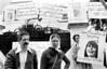 Ciudadanos aregentinos protestan contra la dictadura militar frente a la embajada argentina, MexicoDF, Mexico. En la foto: Manuel Suarez, izq, Laura Bonaparte, der,  (Austral Foto/Renzo Gostoli)