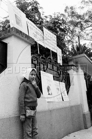 Ciudadanos aregentinos protestan contra la dictadura militar frente a la embajada argentina, MexicoDF, Mexico. (Austral Foto/Renzo Gostoli)