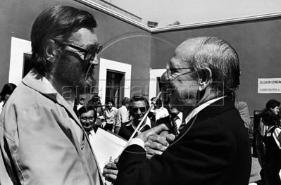 Julio Cortazar, izquierda,  conversa con el escritor mexicano Fernando Benitez en plaza de Coyoacan, Mexico DF, Mexico, marzo 5, 1983. (Austral Foto/Renzo Gostoli)