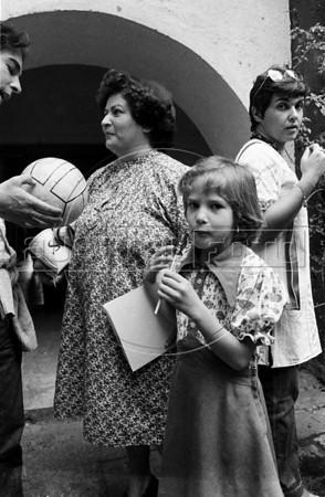 Acto en iglesia de ciudadanos argentinos exilados, Mexico DF, Mexico, Noviembre 11, 1979.  En la foto: Susana Miguens y su hija Javiera, centro, Estela Leonardi, atras.  (Austral Foto/Renzo Gostoli)