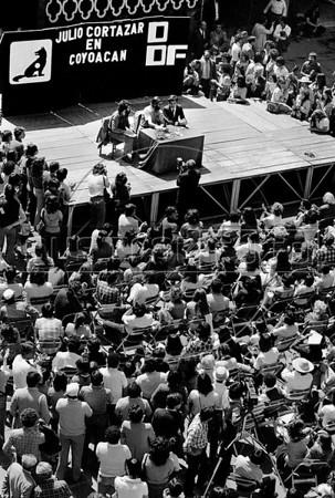 Julio Cortazar, lee textos en plaza de Coyoacan, Mexico DF, Mexico, marzo 5, 1983. (Austral Foto/Renzo Gostoli)