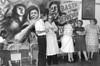 """Ayuno de argentinos en apoyo a las Madres de Plaza de Mayo, Mexico D.F. Mexico, Abril 29, 1981. En la foto: Sergio Tomaselli  """"Gringo"""", izq,  Susana Miguens, extr. der, (Austral Foto/Renzo Gostoli)"""