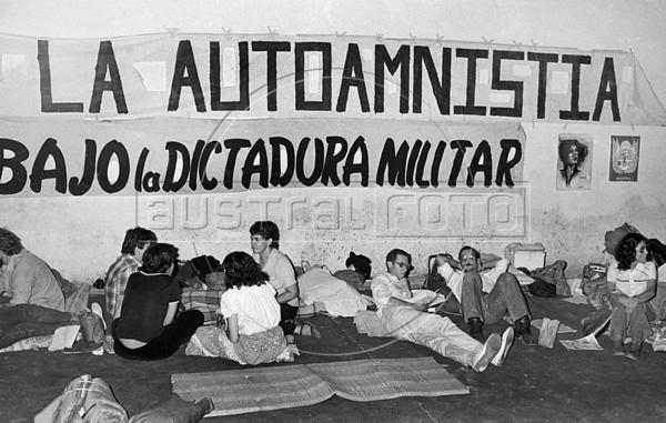 Ayuno de argentinos para reclamar por los desaparecidos, Mexico D.F. Mexico, Mayo, 1983. En la foto: Estela Leonardi, centro, (Austral Foto/Renzo Gostoli)