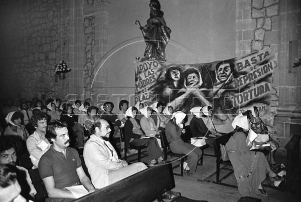 Ayuno de argentinos en apoyo a las Madres de Plaza de Mayo, Mexico D.F. Mexico, Abril 29, 1981. En la foto; Roberto Bardini, izq,  (Austral Foto/Renzo Gostoli) -  Archivo danado