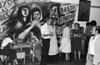 """Ayuno de argentinos en apoyo a las Madres de Plaza de Mayo, Mexico D.F. Mexico, Abril 29, 1981. En la foto: Cristina Gonzalez, 2a. de der, Sergio Tomaselli """"Gringo"""", centro,  (Austral Foto/Renzo Gostoli)"""