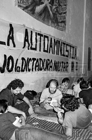 Ayuno de argentinos para reclamar por los desaparecidos, Mexico D.F. Mexico, Mayo, 1983. En la foto: Zanetti, der, (Austral Foto/Renzo Gostoli)