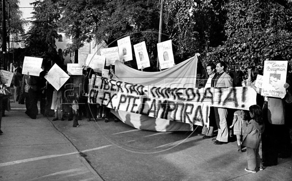 Manifestacion de ciudadanos argentinos frente a la embajada argentina en la Ciudad de Mexico para exigir que la junta militar argentina autorice al ex presidente Hector J. Campora a dejar la embajada de Mexico do nde estaba refugiado , Ciudad de Mexico, Mexico, Setiembre 28, 1979. En la foto: Hector Sandler, centro, (Austral Foto/Renzo Gostoli)