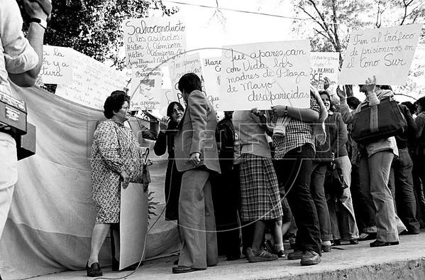 Manifestacion de ciudadanos argentinos frente a la embajada argentina en la Ciudad de Mexico para exigir que la junta militar argentina autorice al ex presidente Hector J. Campora a dejar la embajada de Mexico do nde estaba refugiado , Ciudad de Mexico, Mexico, Setiembre 28, 1979. En la foto: Susana Miguens, izq, (Austral Foto/Renzo Gostoli)