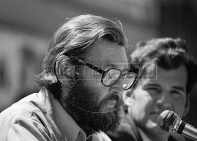 Julio Cortazar, izquierda,  lee textos en plaza de Coyoacan, Mexico DF, Mexico, marzo 5, 1983. (Austral Foto/Renzo Gostoli)
