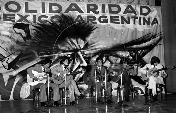 Ex presidente Hector J. Campora, autorizado por la junta militar a dejar la embajada de Mexico donde estaba refugiado, participa en un acto del COSOFAM en el teatro del Congreso del Trabajo, Mexico D.F. Mexico, Marzo 16, 1980. En la foto, el cantor uruguayo Alfredo Zitarrosa. (Austral Foto/Renzo Gostoli) ARCHIVO ORIGINAL EN MAL ESTADO