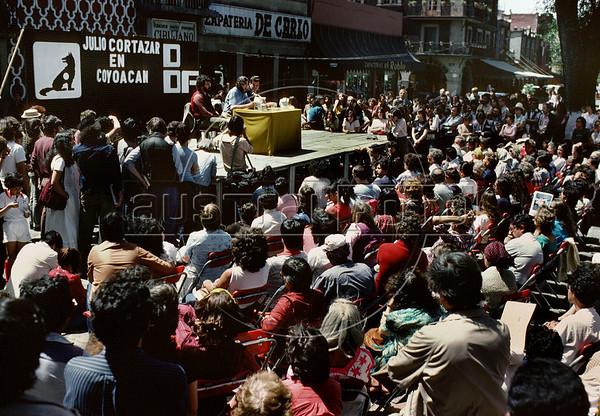 Julio Cortazar lee textos en plaza de Coyoacan, Mexico DF, Mexico, marzo 5, 1983. (Austral Foto/Renzo Gostoli)