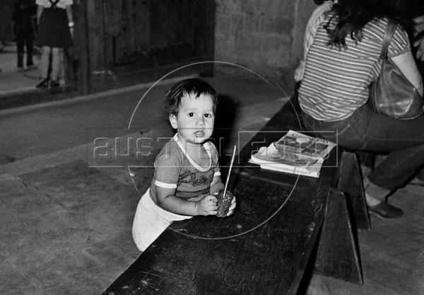 Ayuno de argentinos para reclamar por los desaparecidos, Mexico D.F. Mexico, Mayo, 1983. (Austral Foto/Renzo Gostoli)