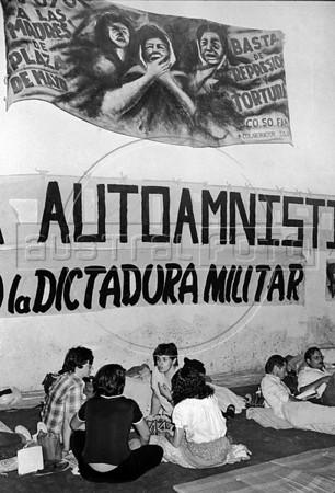 Ayuno de argentinos para reclamar por los desaparecidos, Mexico D.F. Mexico, Mayo, 1983. En la foto: Estela Leonardi,  (Austral Foto/Renzo Gostoli)