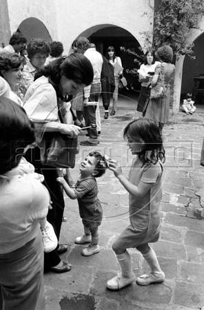 Acto en iglesia de ciudadanos argentinos exilados, Mexico DF, Mexico, Noviembre 11, 1979. Graciela ??, hijos,  (Austral Foto/Renzo Gostoli)