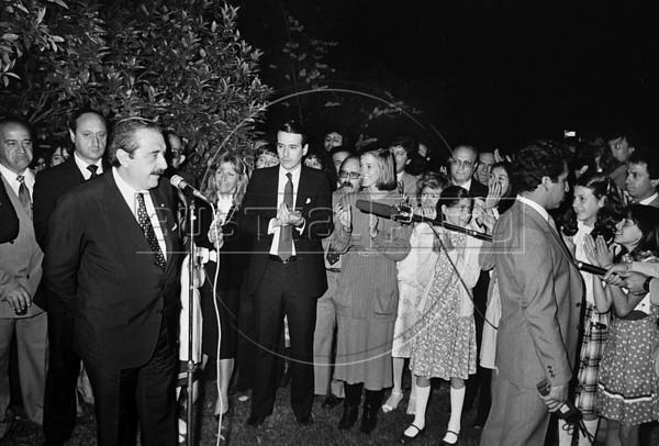 Raul Alfonsin, izquierda, presidente de Argentina, recibe en la embajada a la colectividad argentina en Mexico, Mexico DF, Mexico, marzo 1985. (Austral Foto/Renzo Gostoli)