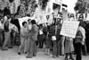 Manifestacion de ciudadanos argentinos frente a la embajada argentina en la Ciudad de Mexico para protestar contra la dictadura militar argentina, Mexico D.F., Mexico, Setiembre 28, 1979. En la foto: Susana Miguens, izq, (Austral Foto/Renzo Gostoli)