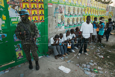 UN troops stang guard outside a polling station in Port au Prince, Haiti.(Australfoto/Nicolas Garcia)