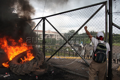 Protestors demand the return of deposed president Manuel Zelaya in front of the gates of the government palace in Tegucigalpa, Honduras, June 28, 2009. Zelaya was imprisoned then exiled from the country by the military in a coup d'etat which was unanimously condemned by the international community and led to their expulsion from the Organization of American States (OAS) (Australfoto/Nicolas Garcia)  En las puertas de la Casa de Gobierno, en Tegucigalpa, un grupo de manifestantes demandan el retorno del presidente depuesto Manuel Zelaya el 28 de junio de 2009 Zelaya fue apresado y expulsado del pais por fuerzas militares, en un golpe de estado que provoco un rechazo internacional unanime y la expulsion de Honduras de la Organizacion de Estados Americanos (OEA) (Australfoto/Nicolas Garcia)