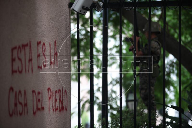 Protestors demand the return of deposed president Manuel Zelaya in front of the gates of the government palace in Tegucigalpa, Honduras, June 28, 2009. Zelaya was imprisoned then exiled from the country by the military in a coup d'etat which was unanimously condemned by the international community and led to their expulsion from the Organization of American States (OAS) (Australfoto/Nicolas Garcia)<br /> <br /> En las puertas de la Casa de Gobierno, en Tegucigalpa, un grupo de manifestantes demandan el retorno del presidente depuesto Manuel Zelaya el 28 de junio de 2009 Zelaya fue apresado y expulsado del pais por fuerzas militares, en un golpe de estado que provoco un rechazo internacional unanime y la expulsion de Honduras de la Organizacion de Estados Americanos (OEA) (Australfoto/Nicolas Garcia)